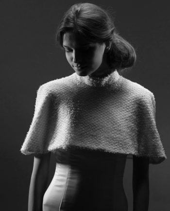 Vores elegante korte Lombard cape med høj stand, er perfekt til bruden, som ønsker at dække sig lidt til eller til de dage, hvor det er lidt køligt. Capen er lukket i ryggen med en silkebetrukket knap.