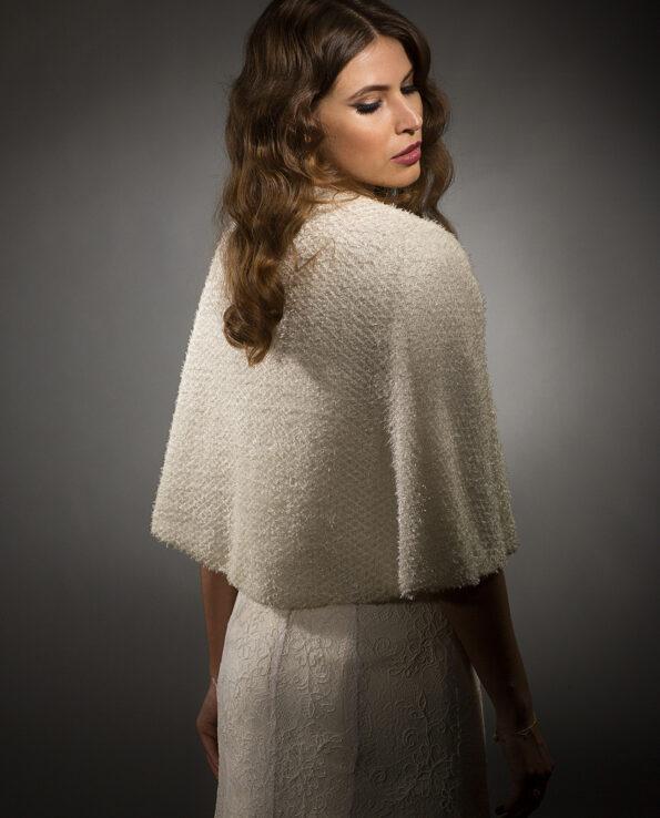 Vores smukke korte Babette cape, er perfekt til bruden, der foretrækker at dække sig lidt til eller til de dage, hvor der er lidt køligt. Den er også perfekt til Rådhusbrylluppet.
