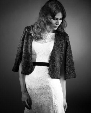 Denne fantastiske sorte Audrey cape, er perfekt til den moderne brud, der foretrækker at dække sig lidt til eller til de dage, hvor der er lidt køligt. Den er også perfekt til Rådhusbrylluppet.