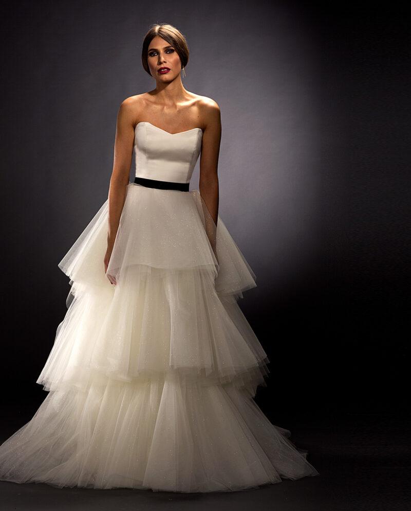 Vores Scarlett brudekjole her kombineret, for et mere diskret look, med vores enkle velour bælte i råhvid eller sort.